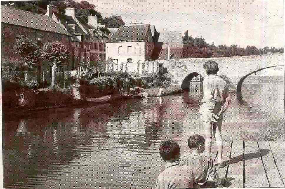 Sur cette photo de 1995, face aux enfants, sur l'autre rive, un doris est amarré